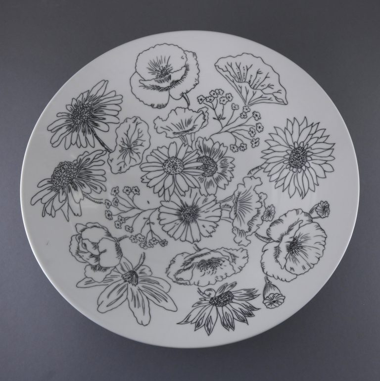 Schale schwarzweiß Blütenmuster geritzt